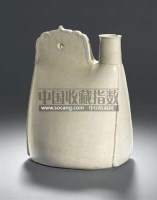 AN UNUSUAL WHITE STONEWARE FLASK IN THE FORM OF A LEATHER POUCH -  - 中国瓷器工艺品 - 2011春季拍卖会 -收藏网