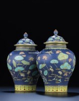 A MAGNIFICENT PAIR OF FAMILLE ROSE FAHUA-STYLE JARS AND COVERS -  - 中国宫廷御制艺术精品 - 2011年春季拍卖会 -收藏网