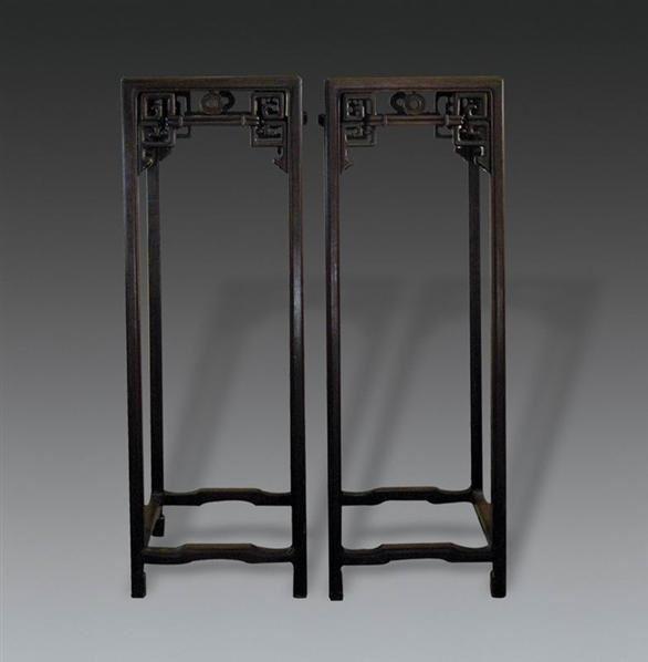 00 介 绍: 说明:花架由红木制成,面镶红木板,牙板雕刻拱璧纹.