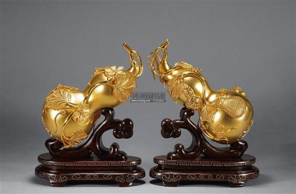 金葫芦坐落在由红木雕刻镶银丝的如意造型的木座上,体现出如意托福(葫