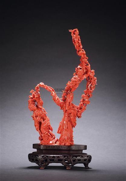 此摆件以红珊瑚雕刻而成