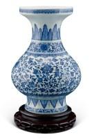 青花缠枝莲蕉叶纹洗口瓶 -  - 中国古董家具及书画 - 2011年春季拍卖 -收藏网