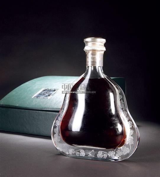 产地:法国 出产时间:90年代中后期数量:1瓶 容量/cl:70 酒精度数:40%(v/v)李察·轩尼诗是以逾百种酝藏出自四大干邑区的生命之水精心孕育酿造而成,其中更有源于1800年200多年前悉心珍藏至今的极品生命之水,配以名家手工打制的经典巴卡拉(Baccarat)水晶瓶,被誉为世界最完美干邑组合,口感香醇、深邃、和谐、细腻。李察·轩尼诗自1995年面世。