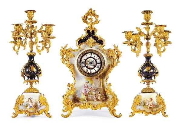 法国 洛可可风格手绘赛弗勒瓷镶嵌铜鎏金配烛台座钟
