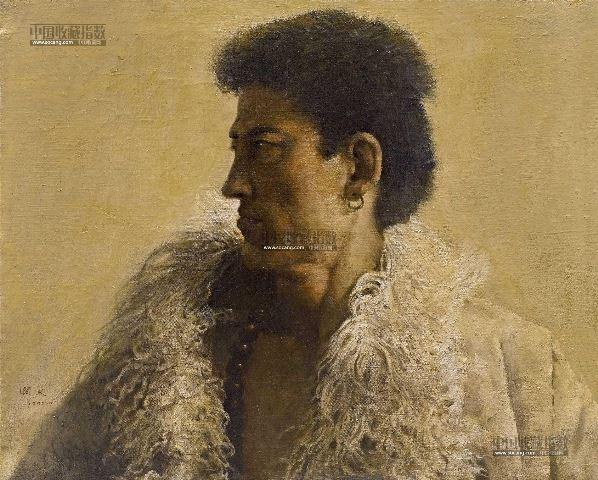 西藏系列在郭润文艺术生涯早期占有十分重要的地位,其创作自1980年代中后期持续至90年代初。郭润文的绘画风格被归为写实流派,但细读其画作,在精湛的技巧下常常隐藏着象征和隐喻的内容,这正是他与一般写实画家的不同之处。《西藏男子头像》完成于1992年,采用古典的透明技法,多次渲染,颜料色层厚薄叠错,浑然一体,完美地还原了客观对象的肌理与质感,充分体现了画家高超的写实水准。画面采用全侧面角度,这一有意为之的视角,恰好勾勒出藏族汉子充满阳刚的轮廓线条。从侧后方投射过来的光线强化了明暗对比,使脸部和背景拉开了距离
