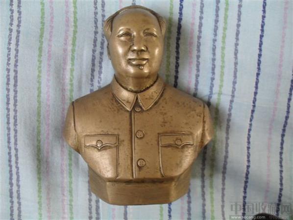主席铜像高13厘米,宽11厘米,底座厚5厘米,手工雕刻