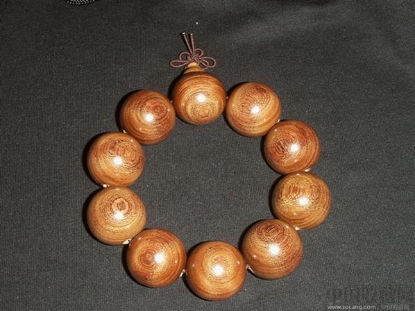 金丝檀木是檀木中的一类,金丝檀木的表面犹如一根根金丝缠绕,非常漂亮