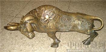 浮雕花卉纹铜牛摆件-收藏网