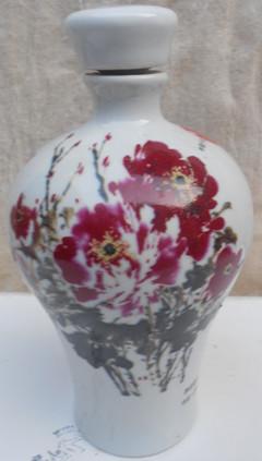 粉彩牡丹花瓷酒瓶