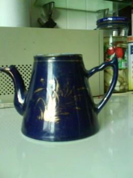 """1947年双圈款蓝地描金花卉""""王者之香""""茶壶(缺盖、有残)-收藏网"""
