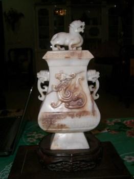 汉代螭龙浮雕玉瓶-收藏网