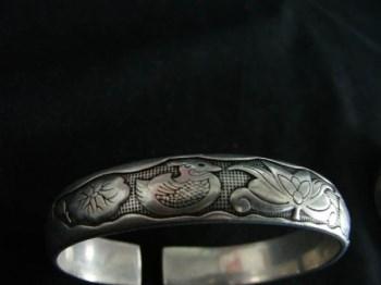 鸳鸯荷莲纹银手镯一对-收藏网