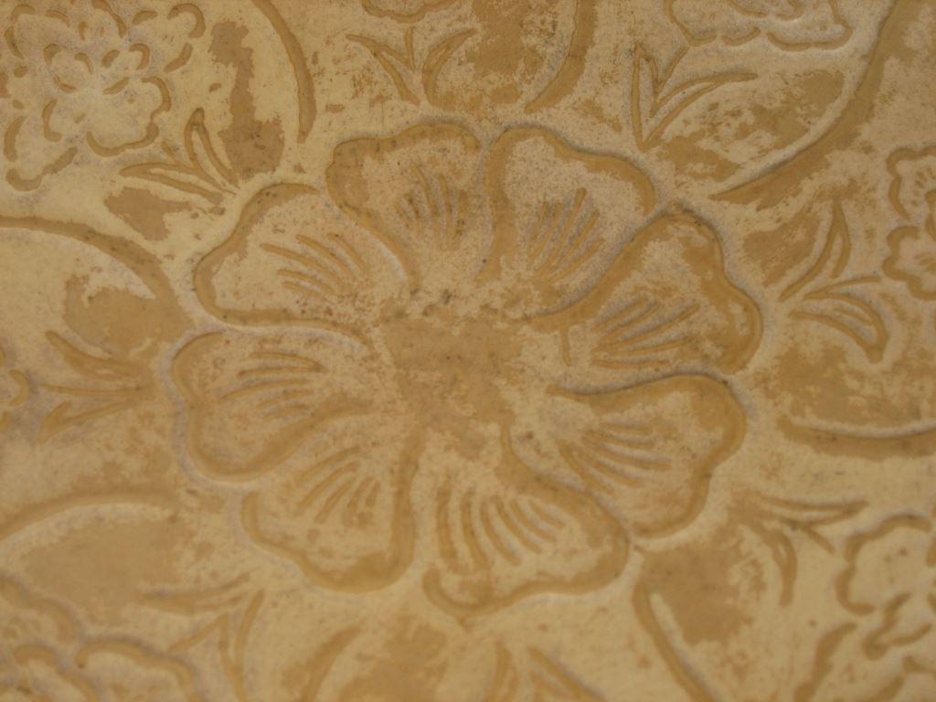 外层印有8朵牡丹花纹,盘心装饰一朵团花