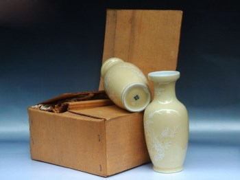 建国瓷厂黄釉堆白花赏瓶一对-收藏网