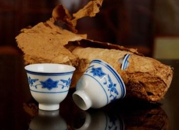红旗瓷厂高白泥釉下彩青花缠枝莲小杯(七十年代煤窑)1个 -收藏网