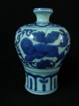 明代晚期青花狮子穿花纹梅瓶-收藏网
