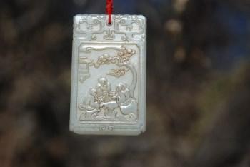 高浮雕和田青白玉松下老者玉牌-中国收藏网