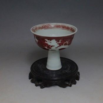 明 暗刻龙纹釉里红留白高足杯-收藏网