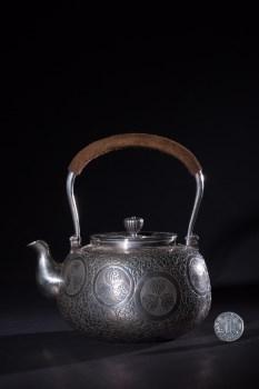 昭和时期净益造款德川家徽缠枝纹刻花提梁壶-收藏网