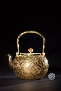昭和时期,德川家徽浮雕缠枝纹鎏金提梁壶-收藏网