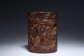 清代:竹雕松下高仕笔筒-收藏网